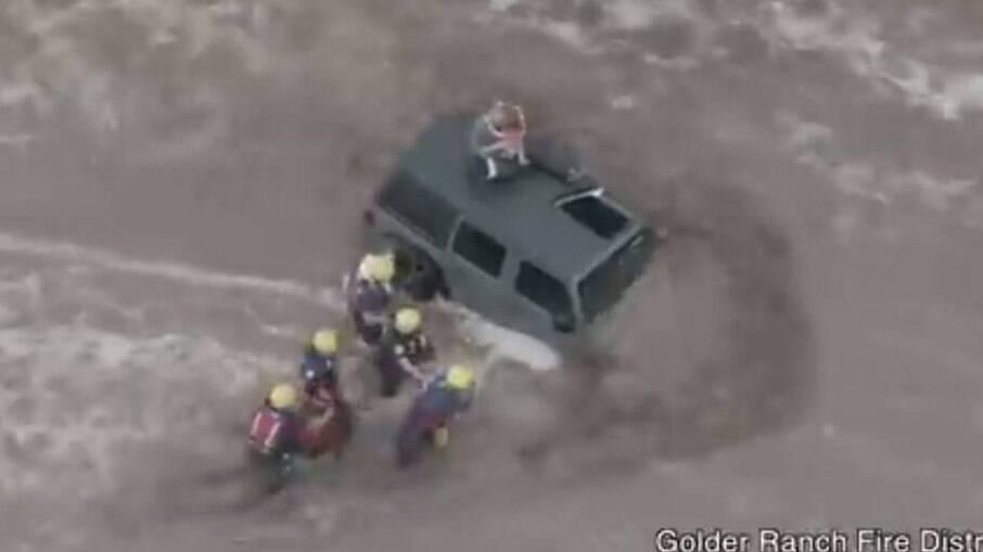 Foram necessários cinco bombeiros para o resgate da família, que voltou para casa em segurança