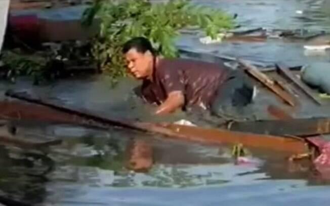 Homem tenta driblar correnteza após onda atingir a Indonésia (arquivo). Foto: Reprodução/Youtube