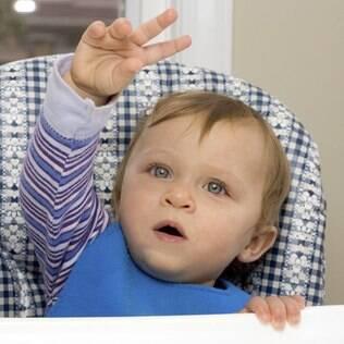 Criança sinaliza: ensiná-los a se comunicar é como ensinar a dar tchau