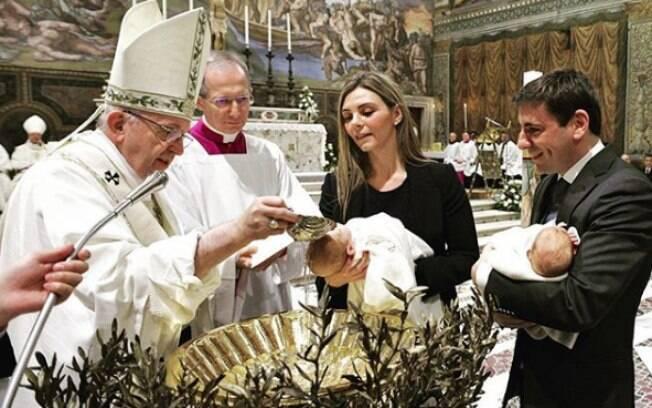 Ao invés de criticar choro de bebês, papa ainda brincou com os fiéis ao afirmar que os pequenos faziam um concerto