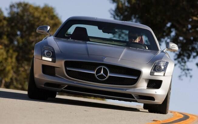 Mercedes-Benz SLS pode ter saído de linha, mas continua ocupando um espaço no coração de Mesut Ozil