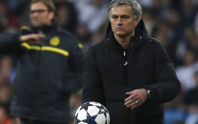 O técnico José Mourinho se prepara para  devolver a bola durante o duelo entre Real x  Borussia
