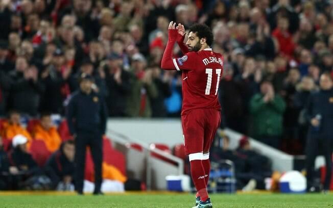Mohamed Salah sai de campo muito aplaudido após atuação monstruosa pelo Liverpool diante da Roma