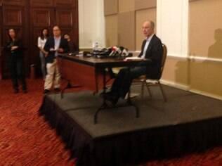 Rui Falcão fala com jornalistas após reunião
