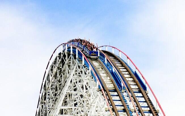 A montanha-russa American Eagle, no Six Flags Great America, atinge uma velocidade máxima superior a 105 km/h