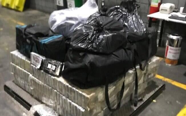 Imagens mostram a grande quantidade de cocaína apreendida pelos policiais