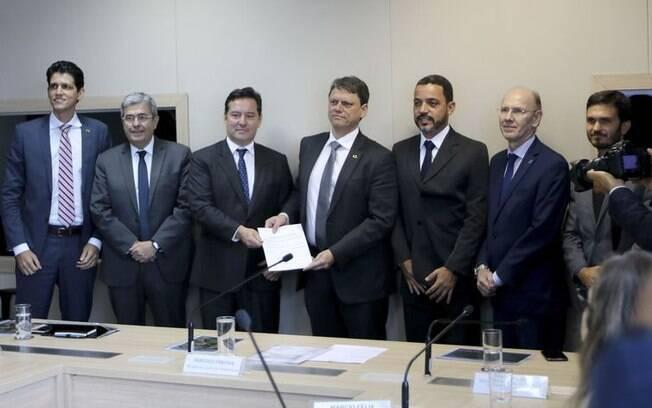 Tarcísio Gomes de Freitas, ministro da Infraestrutura, assinou na segunda-feira (18) contratos de concessão de terminais portuários