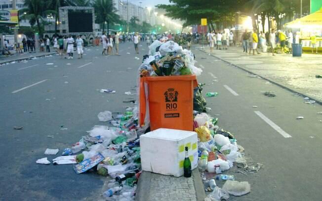 Região de Copacabana, que sediou a festa da virada no Rio de Janeiro, amanheceu tomada pelo lixo; megaoperação foi mintada para limpeza do local