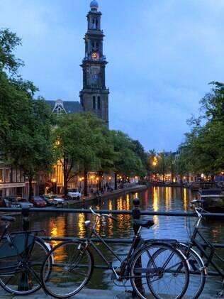 Bicicleta é parte essencial da rotina de turista e nativos em Amsterdã