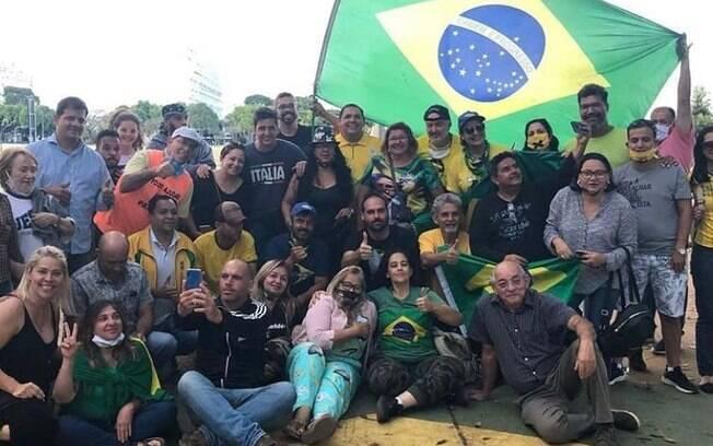 Eduardo Bolsonaro com parte do QG Rural que estava acampado em Brasília