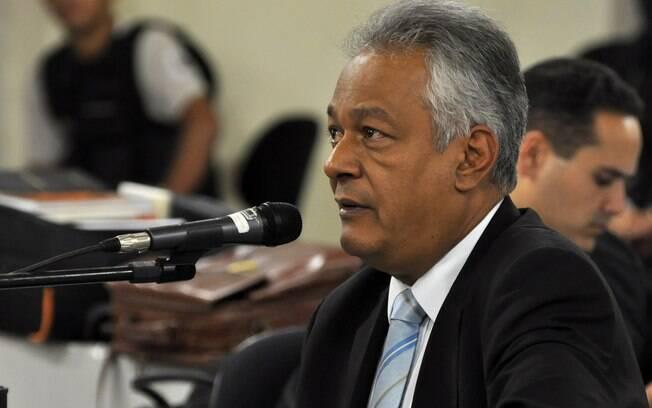 Ex-delegado Edson Moreira, que hoje atua como vereador, durante depoimento no salão do júri (24/04)
