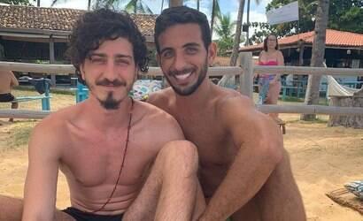 Ator Johnny Massaro celebra namoro com amigo de infância