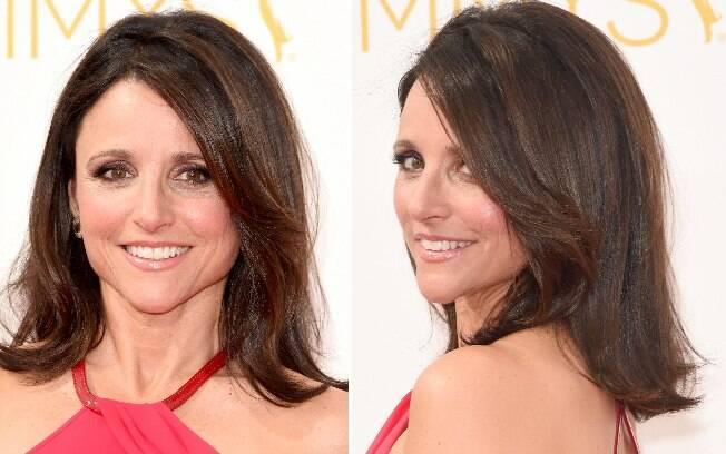 Julia Louis escolheu o cabelo com camadas e volume, deixando o olho suavemente esfumado