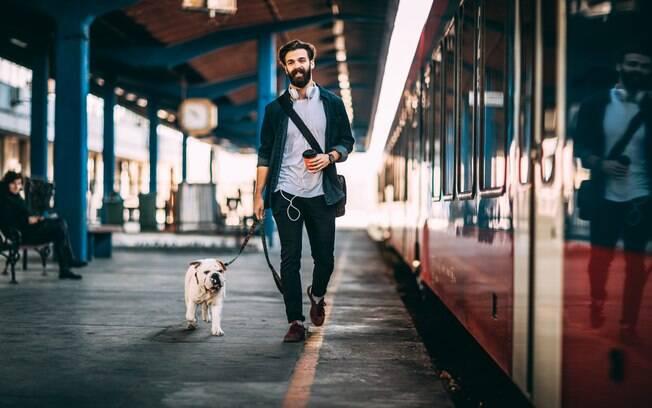 Na Europa, por exemplo, os animais são permitidos nos trens de viagem, tão comuns nesses paíse