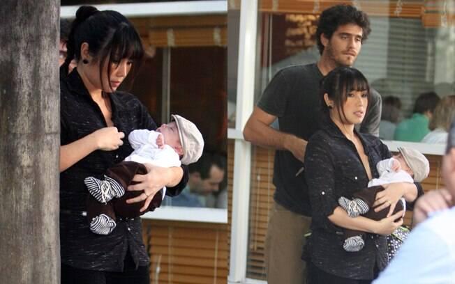 Daniele Suzuki deixa restaurante com o filho nos braços