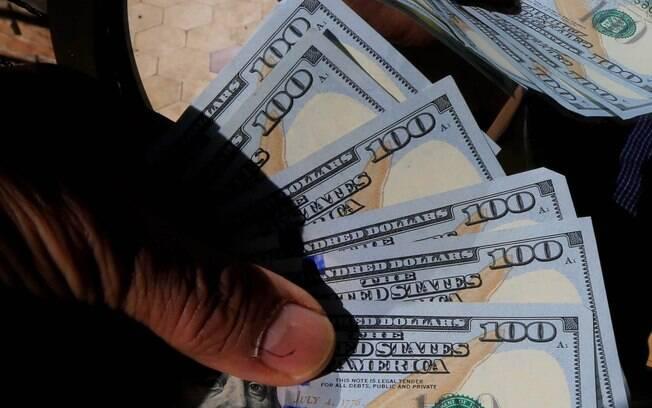 Anúncio de provável queima de reservas internacionais derrubou cotação do dólar comercial