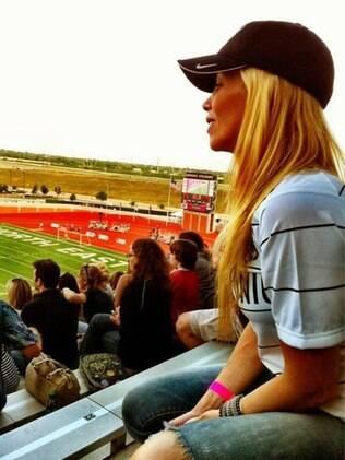 Danielle Winits prestigiou a partida do namorado nos Estados Unidos
