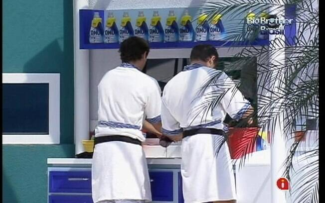 Amizade: Jonas e Fael separam roupas para colocar na máquina de lavar