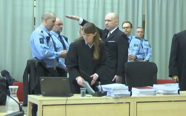 Condenado a 21 anos de prisão, norueguês Anders Breivik faz gesto nazista em corte de tribunal