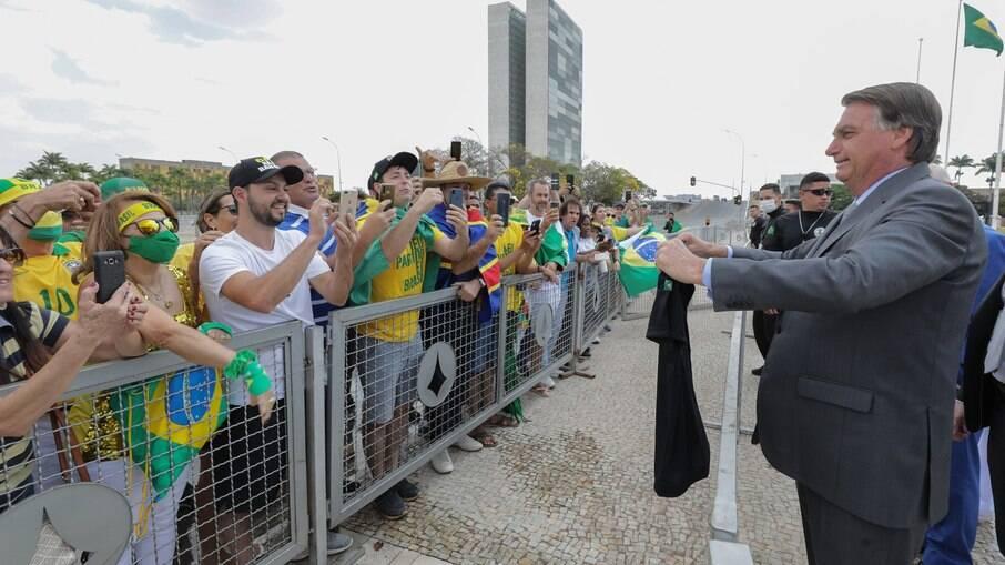 Bolsonaro com manifestantes em Brasília