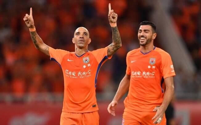 Diego Tardelli comemora mais um gol no Campeonato Chinês
