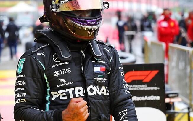 Hamilton comemora vitória