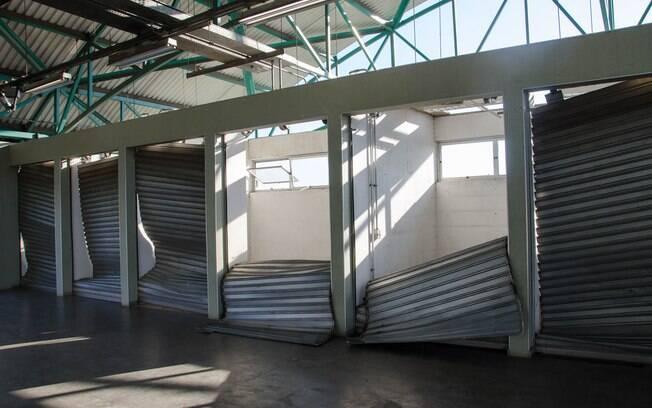 Grupo de passageiros depredou catracas e lojas na Estação Ermelino Matarazzo da CPTM após falha na noite de quarta (7)