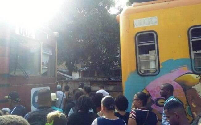 Passageiros conseguiram sair dos trens após a batida