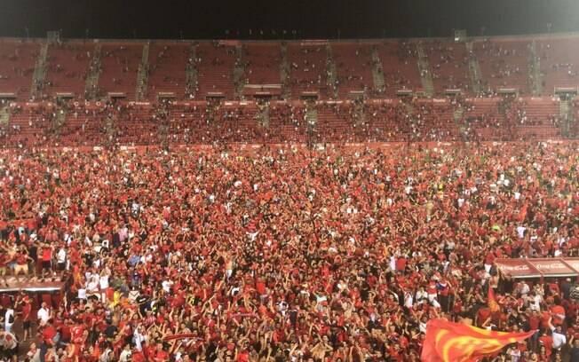 Torcida do Mallorca 'enlouqueceu' e invadiu o gramado depois da vitória por 3 a 0 contra o La Coruña