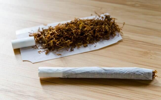 Tabaco orgânico bolado em cima de uma mesa