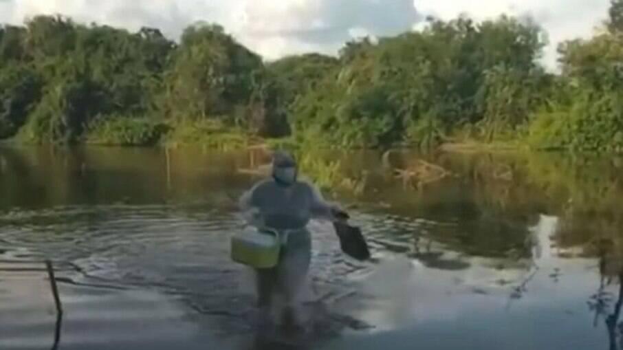 Enfermeira atravessou rio no interior da Paraíba para vacinar idosa