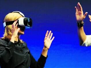 Cara de futuro. Apresentadora de TV Rachel Riley experimenta o Gear VR associado ao Galaxy Note 4