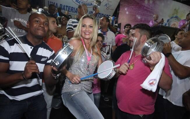 Ellen Roche vai a ensaio da Rosas de Ouro, da qual é rainha de bateria, em São Paulo