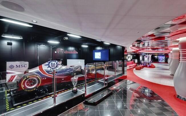 Uma das atrações da MSC Cruzeiros é o simulador de Fórmula 1, que faz o viajante acelerar sem sair do lugar
