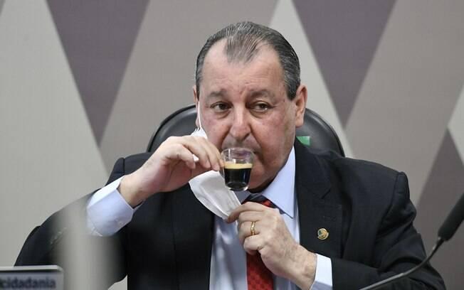 Candidato bolsonarista ao STF pede voto a presidente da CPI