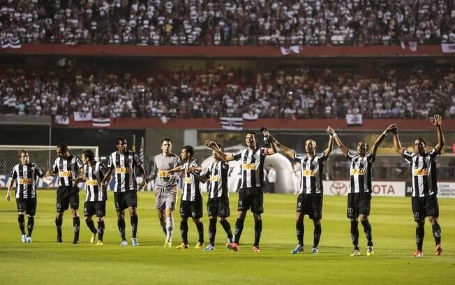 Jogadores do Atlético-MG saúdam a torcida do  Galo no Morumbi