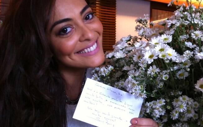 Juliana Paes posa para foto com flores e cartão enviados por Sônia Braga