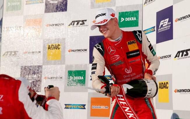 O filho de Schumacher repetiu feito do pai e conquistou primeiro título da carreira na F3 europeia