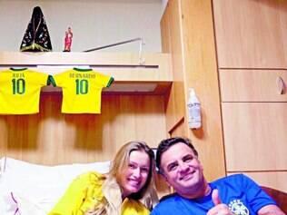 Torcida. Aécio Neves assiste ao jogo do Brasil ao lado de sua mulher, Letícia Weber, em clínica no Rio
