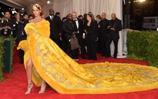 O look de Rihanna foi um dos mais comentados: a cauda ocupava muitos metros, e o look era digno de uma rainha! É um vestido chinês, assinado por Guo Pei