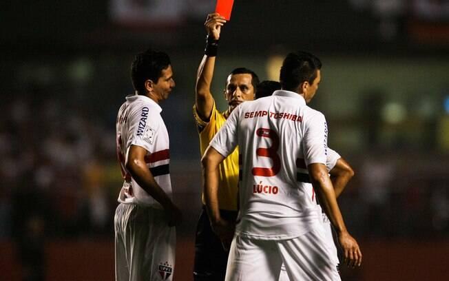 Lúcio recebe o cartão vermelho no primeiro  tempo