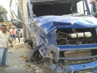 Caminhão bateu em quatro veículos e depois derrubou o muro de uma casa