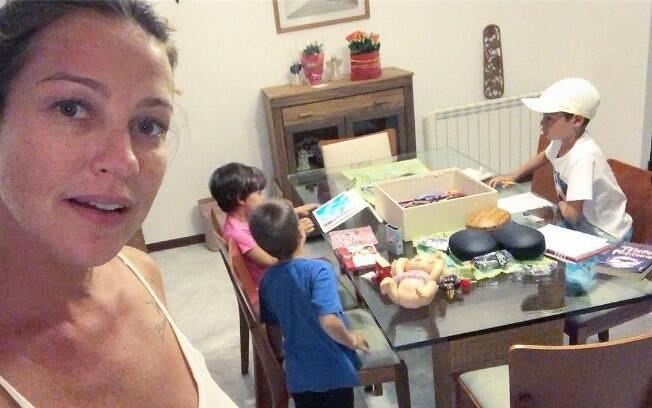 Luana Piovani aparece com os filhos em Portugal