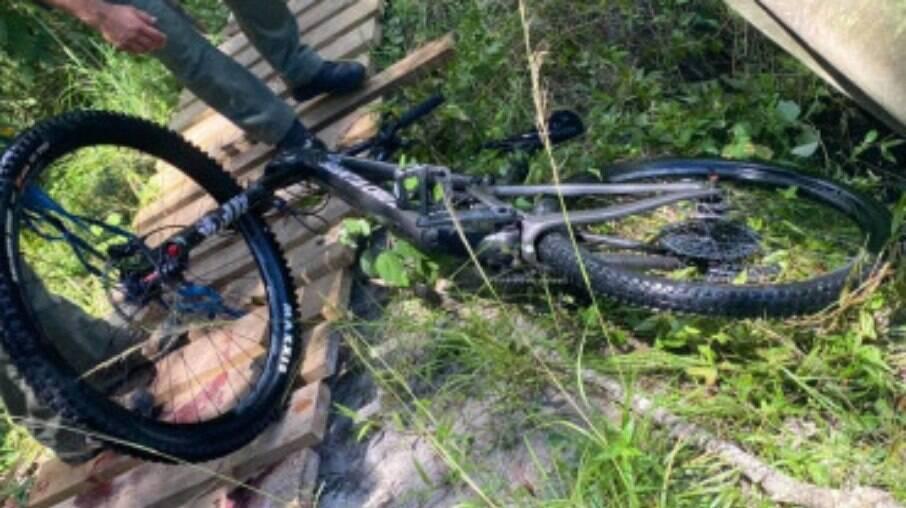 Ciclista perde controle, cai em barragem e é atacado por crocodilos