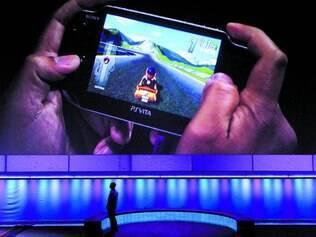 Na mão.  Próxima geração do PlayStation Vita, sensível a toque e a movimento, chega antes do fim deste ano