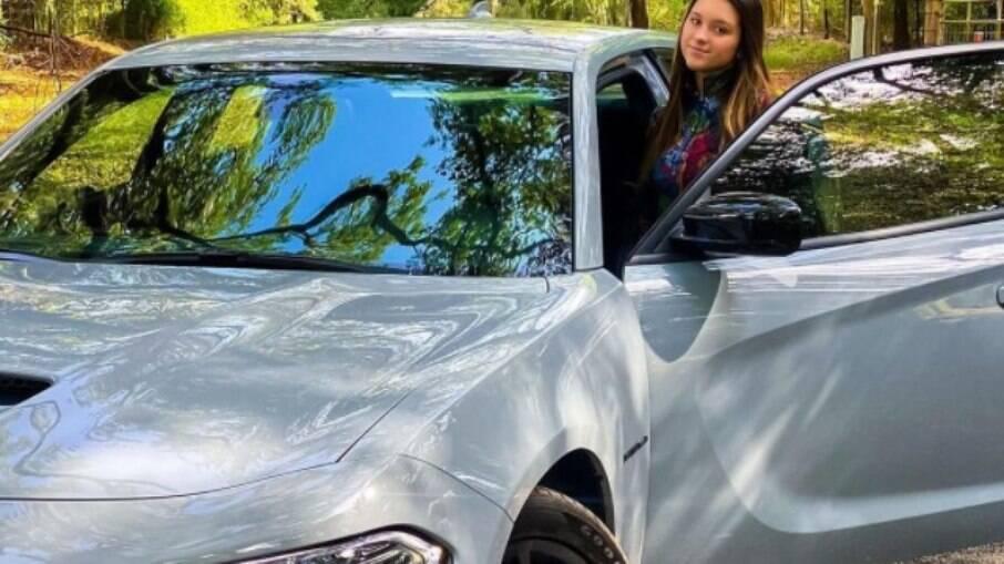 Sofia Liberato e seu carro, que não é um Porsche