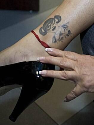 Maria Antonieta de Las Nieves mostra sua tatuagem, um desenho da Chiquinha, feita há cinco anos