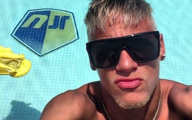 Neymar posta foto perto de sua piscina