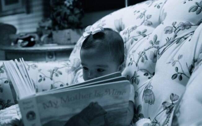 A menina Monroe posou lendo livros