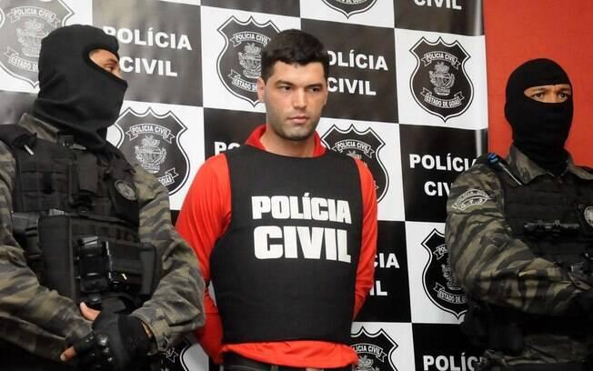O vigia Tiago Rocha é cercado por policiais no momento de sua prisão, em outubro de 2014